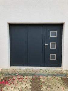 Porte de garage 3 vantaux avec portillon incorporé